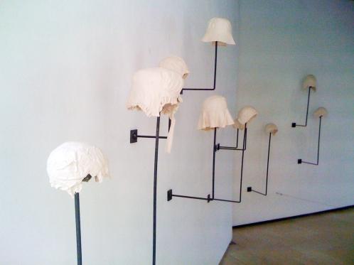 4.c.Vanitas-céramique-anciensBonnetsBrodés